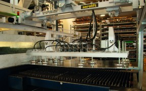 Internal transport to and from the cutting machine by vacuum lifter