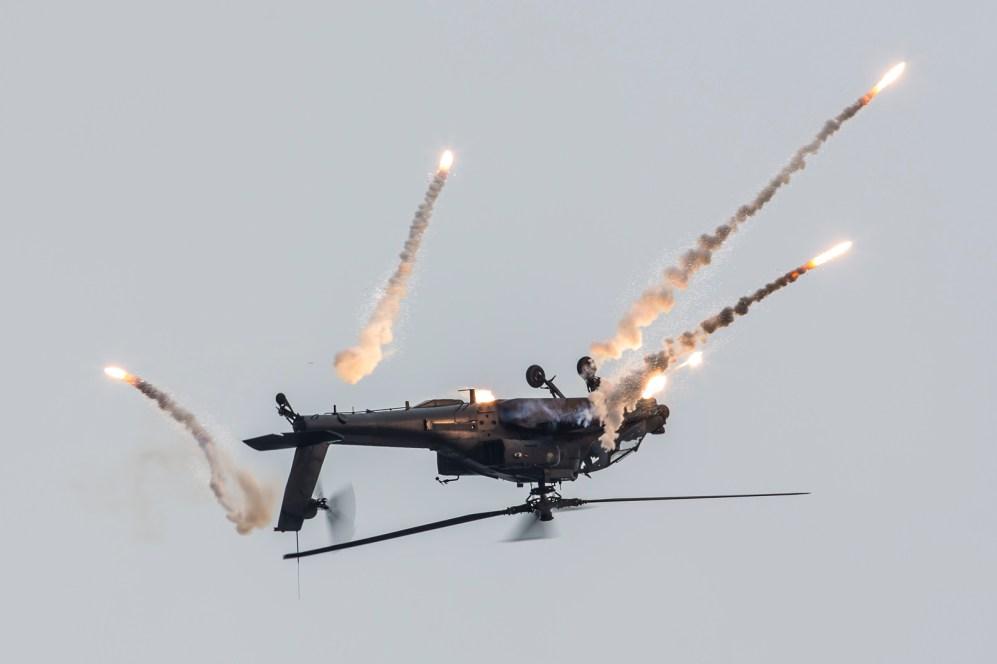 © Ben Montgomery - RNlAF Solo Apache Display - Luchtmachtdagen 2016