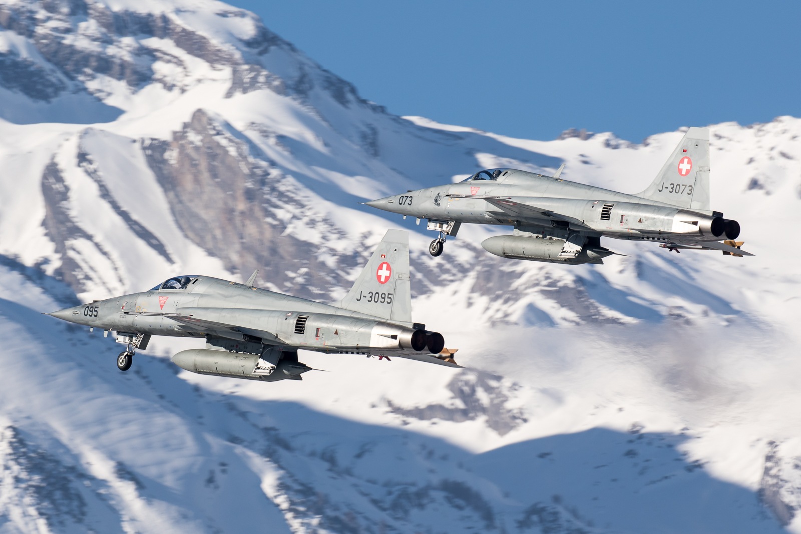 © Adam Duffield - F-5E's J-3073 and J3095 perform a pairs departure - World Economic Forum Air Policing