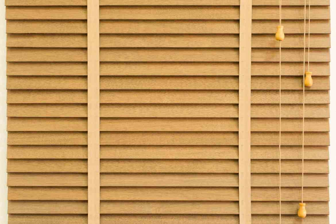The Difference Between Cleaning Wooden and Metal Blinds