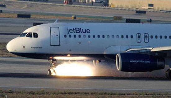 https://i0.wp.com/www.aerospaceweb.org/aircraft/jetliner/a320/a320_emergency_04.jpg