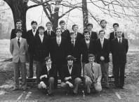 Album : 1979 1979 IA 6ème Scientifique A 1978-1979 Titulaire : Père Hye de Crom. Cette classe comptait dans ses rangs un échange culturel avec les USA, Christopher Hangen, barbu et 2ème en partant de la droite au 3ème rang