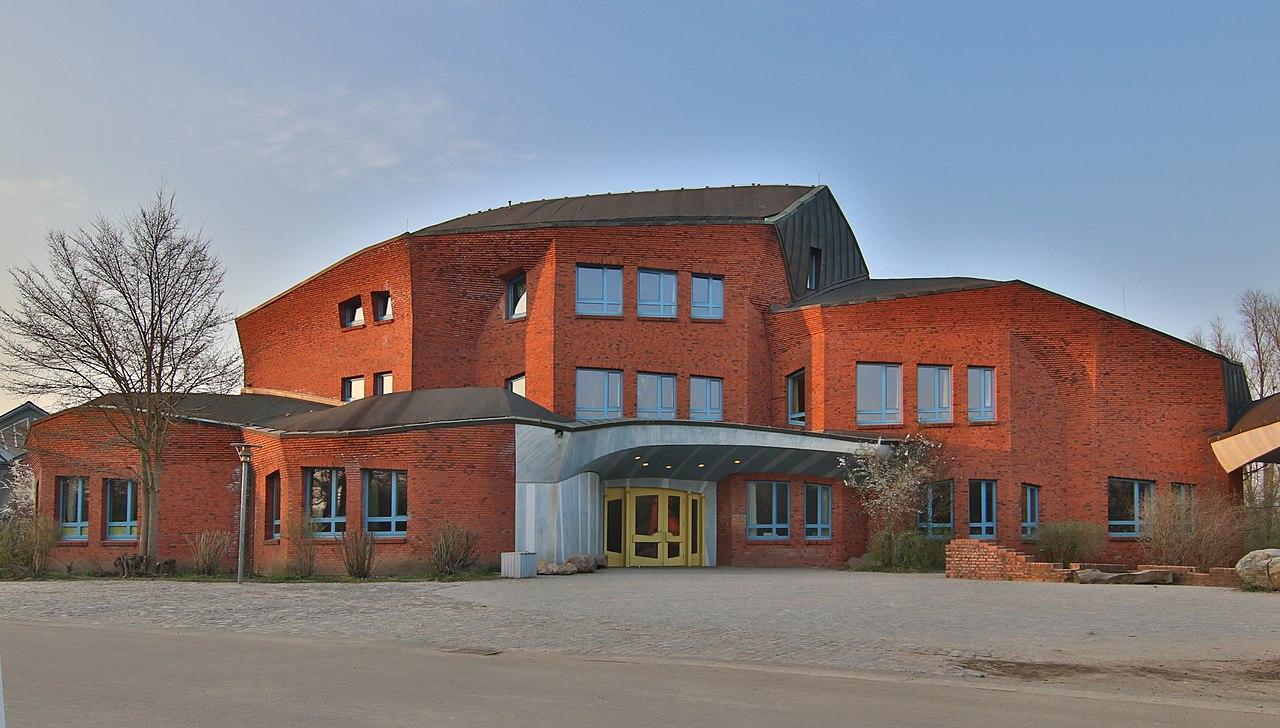 École Steiner-Waldorf de Kiel (Allemagne). Image :Simmmox/Wikipedia https://commons.wikimedia.org/wiki/File:Waldorfschule_Kiel_-_Turnhallenhaus.jpg