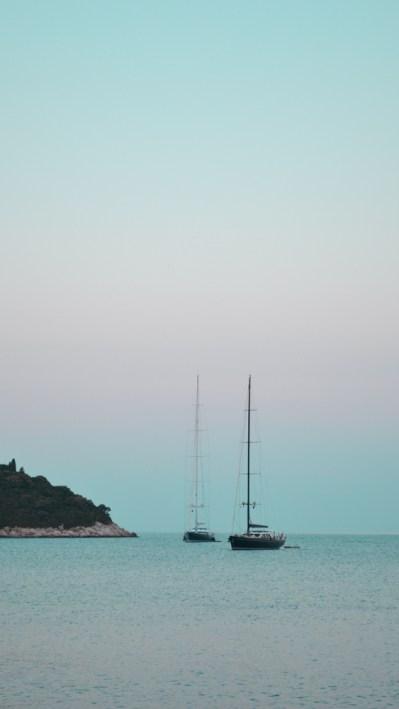 les voiliers sur la mer calme