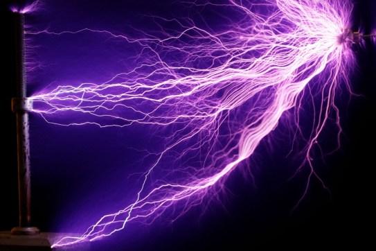 225W_Tesla_coil_-_arcs_(cropped)