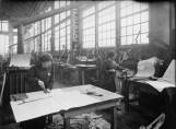 Traçage et confection des gabarits par des femmes aux ateliers du Creusot en 1916