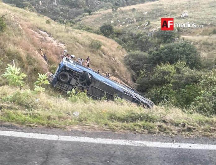AFmedios Accidente Zapopan  696x532 - Vuelca autobús foráneo y deja dos personas fallecidas y 18 lesionados en Zapopan