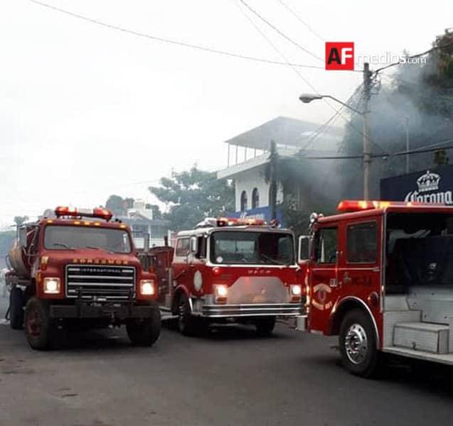 AFmedios Incendio en vivienda Villa de Álvarez Bomberos Protección Civil - Se incendia casa habitación en 'La Villa'