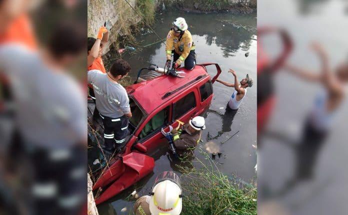 camionetagdl 696x431 - Una persona muerta y otra más lesionada en accidente en la GDL