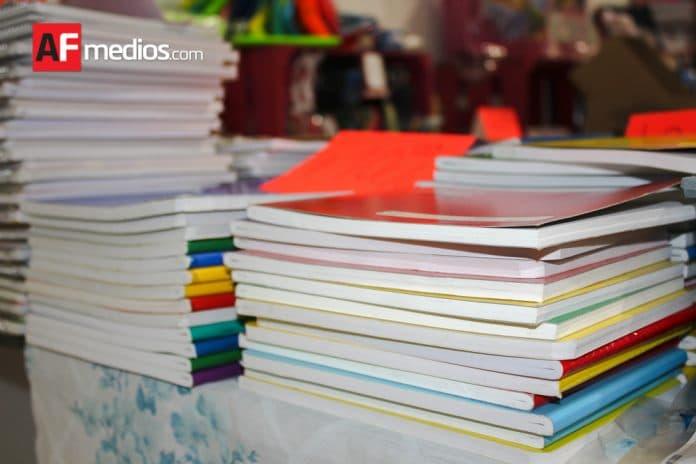 regreso clases utiles mochilas cuadernos colores 08 696x464 - Comisión de Educación lamenta recorte federal a escuelas de tiempo completo