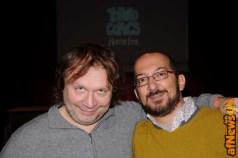 Stefano Priarone abbraccia il simpaticissimo Fabrizio Mazzotta, che ho incontrato di nuovo con piacere dal vivo dopo tanti anni.