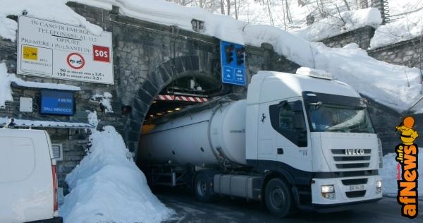 Attraverso le Alpi_19R ©Filippo Ciardi e Giancarlo Bertalero-associazione Attraversamenti_ (camion in uscita dal tunnel Tenda lato Italia)