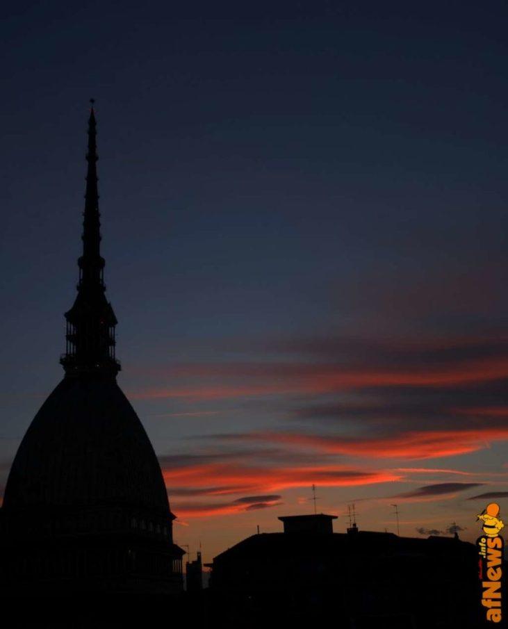 Mole Antonelliana - con nuvole alla Lorenzo Mattotti - foto Gianfranco Goria