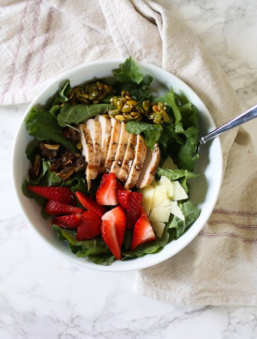 kale salad with strawberries and chicken