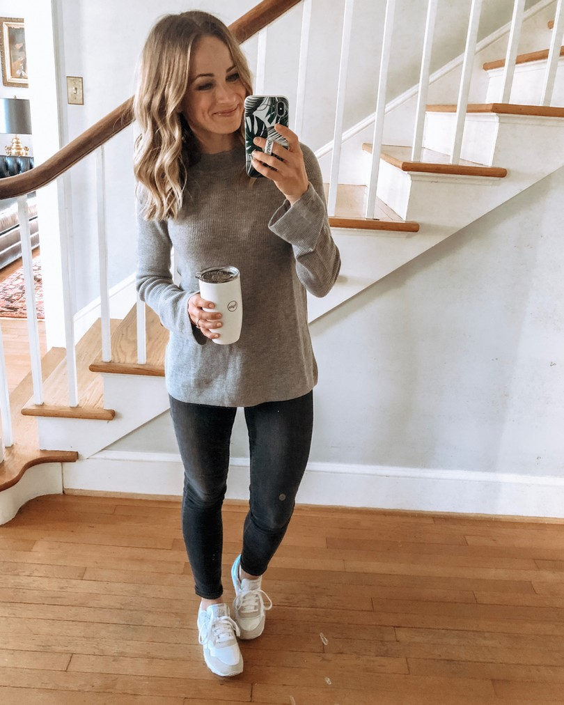 Fall outfit: Grey Sweater and grey jeans
