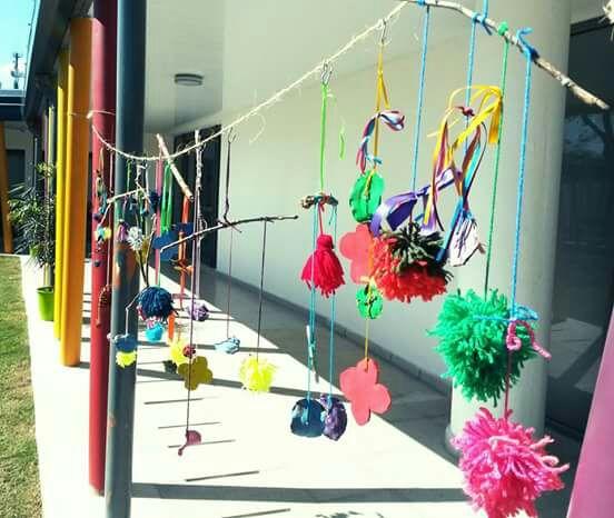 Elaboración de móviles y pompones de colores