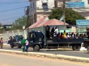 Camion porta via giornalisti