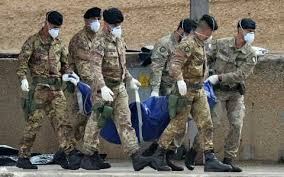 militari portano via cadaveri