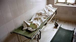 cadavere con lenzuolo