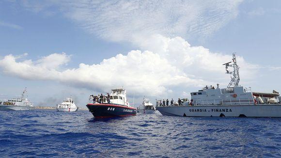 nave militare e barcone