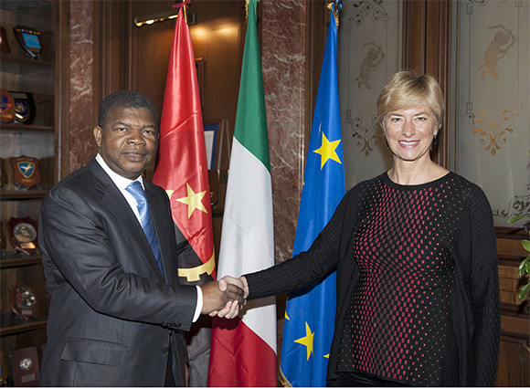Il ministro Pinotti con il ministro della Difesa angolano Gonçalves Lourenço