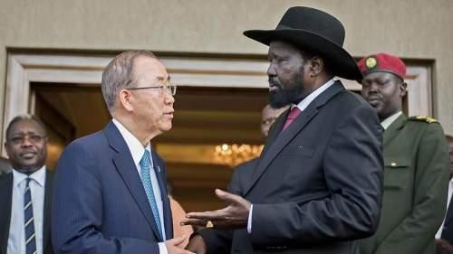 Il segretario dele Nazioni Unite Ban Ki Moon parla von il president sudsudanese Salva Kiir a Juba. La foto è del 6 maggio 2014