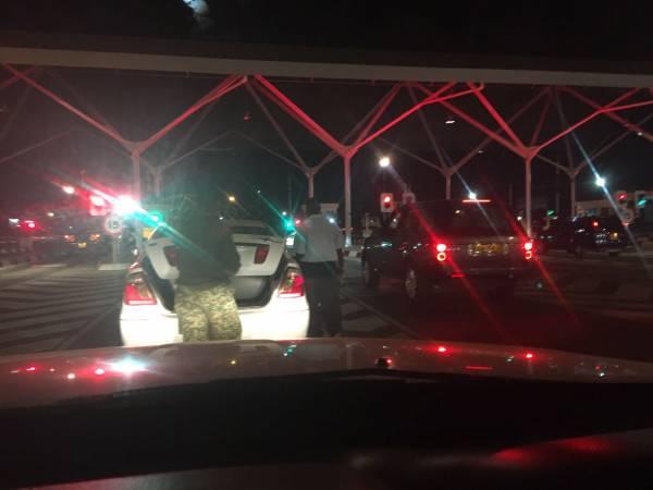Prima di entrare nello spazio dell'aeroporto, più o meno a un chilometro di distanza, è stato allestito un piazzare dove i veicoli vengono passati al setaccio