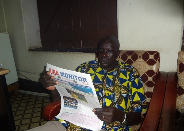 Alfred Taban con il suo giornalei