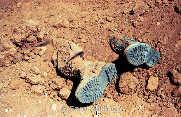 Altra immagine della guerra 1998-2000. Un paio di stivali abbandonato al fronte. Chi li indossava è stato ucciso