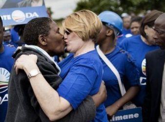 Helen Zille, tra i leader della Democratic Alliance, bacia un residente di un villaggio durante una dimostrazione prima delle elezioni