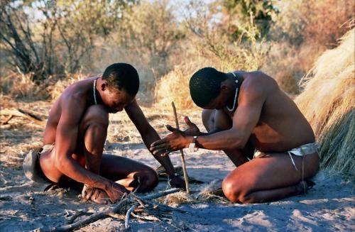 Boscimani accendono il fuoco nella maniera tradizionale