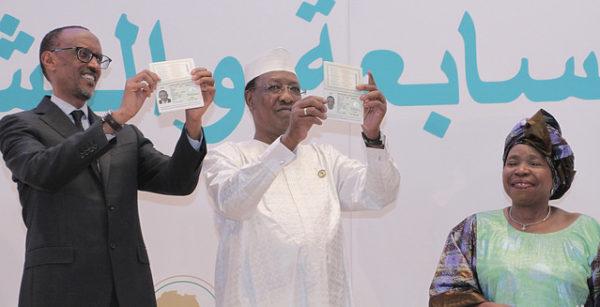 Il presidente ruandese Paul Kagame, il suo omologo ciadiano, Idriss Déby, mostrano il loro passaporto panafricano al summit dell'AU che si è tenuto a Kigali nel giugno scorso. sotto lo sguardo compiaciuto della presidente della Commissione dell'Africa Union. la sudafricana Nkosazana Dlamini-Zuma (Photo: African Union)
