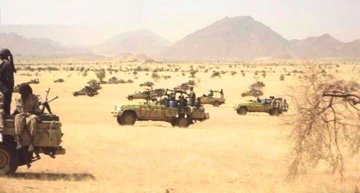 Veicoli dei janjaweed i pattugliamento nel deserto del Darfur ai confini con la Libia