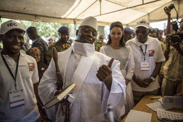Yahweh Jimmeh al seggio elettorale alle recenti elezioni che si sono tenute a inizio dicembre