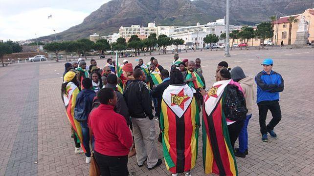 """Protesta dei cittadini zimbabwiani in Sudafrica a Cape Town, a supporto della campagna """"This Flag 2016"""""""