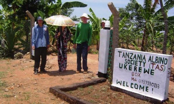 Il cartello di benvenuto per gli albini che raggiungono l'Isola di Ukerewe