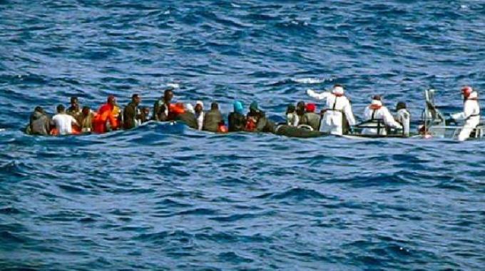 Gommone con a bordo migranti in difficoltà