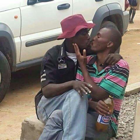 Nigeria: due gay sfidano il rischio di arresto scambiandosi effusioni in pubblico