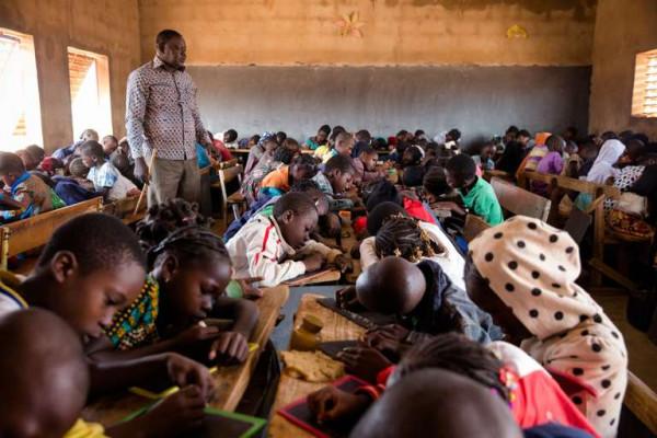 Maxime Sou, insegnante, di una classe di 132 alunnidans nella scuola Koua C di Bobo Dioulasso.