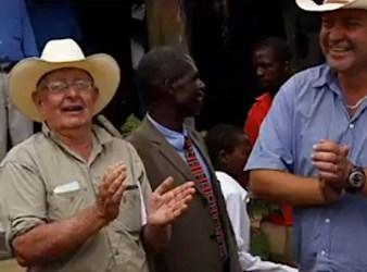 Farmer bianchi festeggiano lil ritorno nelle loro terre in Zimbabwe