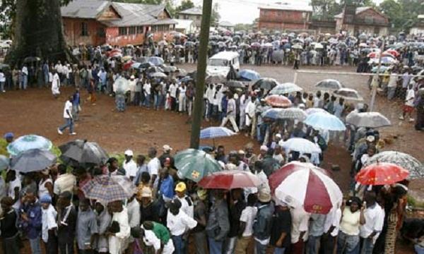 Elettori in fila davanti ai seggi