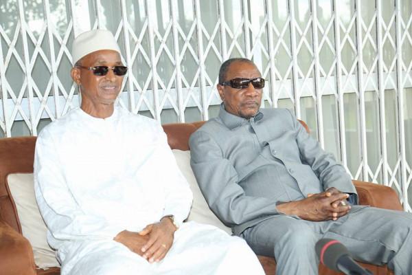 Cellou Dalein Diallo, leader dell'opposizione a sinistra e Alpha Kondé, presidente della Guinea, a destra