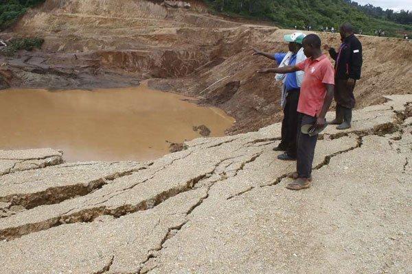 La poca acqua rimasta nell'invaso della diga dopo l'esondazione
