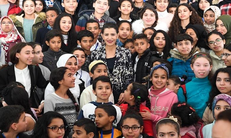 Ragazzi marocchini insieme alla principessa Lalla Meryem ad una manifestazione sui diritti dei bambini