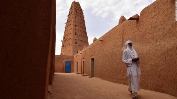 La Gran moschea di Agadez è un'attrazione turistica (anche se i turisti non ci sono quasi più). E' alta 27 metri ed è costruita in fango e mattoni