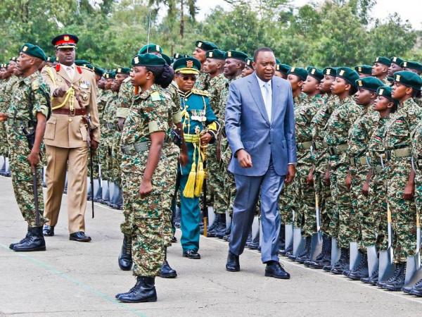 Il presidente Uhuru Kenyatta passa in rivista le forze del National Youth Service