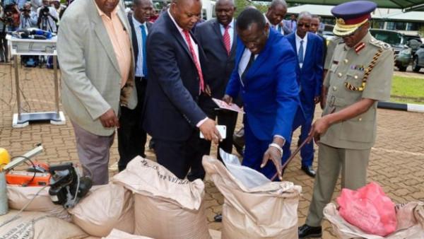 Il capo della polizia del Kenya partecipa al sequestro dello zucchero incriminato