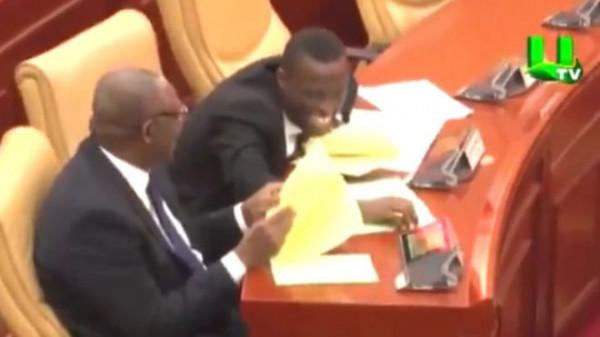 Risata dei parlamentari ghanesi in aula