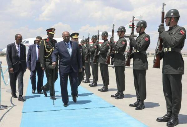 Omar al Bashir, il presidente del Sudan, al suo arrivo ad Ankara, Turchia
