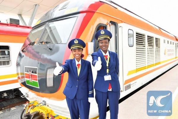 Le due macchiniste keniane Alice Gitau (sinistra) e Concilia Owire che hanno condotto il treno nel viaggio inaugurale